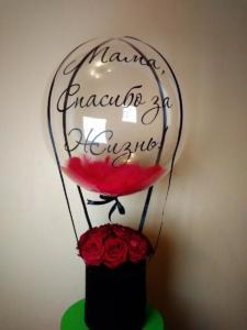 Букет цветов в шляпной коробке с шаром баблс