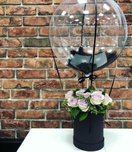 Воздушный шар с букетом цветов