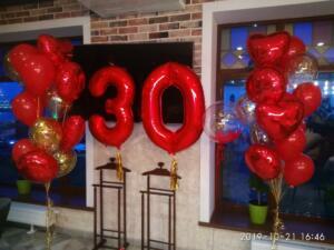 Фотозона с красными шарами и цифрой 30