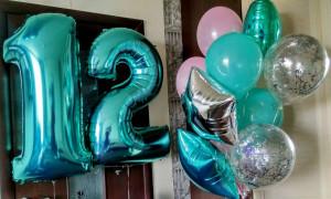 Бирюзовые воздушные шары цифры 12 с композицией