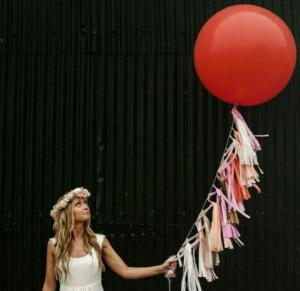 Большой красный воздушный шар с тассел гирляндой