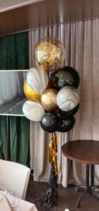 Фонтан из воздушных шаров в черно-золотом цвете