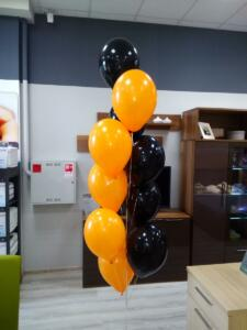 Фонтан из оранжево-черных воздушных шаров