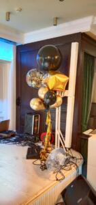 Шар куб в фонтане из воздушных шаров
