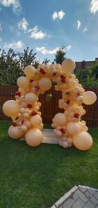 Фотозона из воздушных шаров с цветами