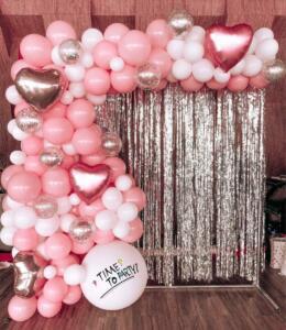 Фотозона из шаров в розовых тонах
