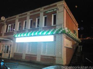 Гирлянда из воздушных шаров бело-зеленого цвета в Казани