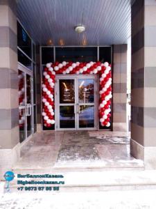 Гирлянда из шаров на открытие магазина белая-бургундия