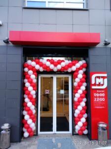 Красно-белая арка из шаров в магазин магнит
