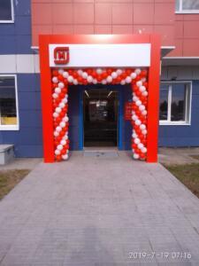 Красно-белая арка из шаров в магазин