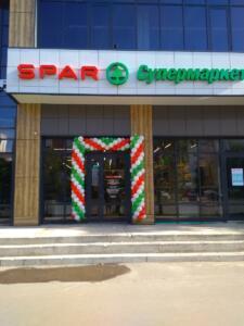 Трехцветная гирлянда из воздушных шаров магазина spar