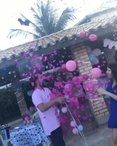 Взрыв шара сюрприза с розовыми шарами