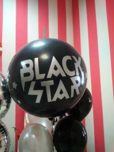 Большой черный воздушный шар с надписью
