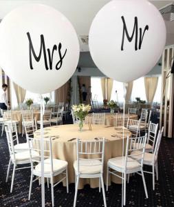 Белые воздушные шары с надписями Mrs и Mr