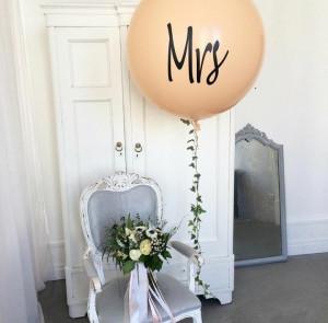Бежевый большой воздушный шар с надписью