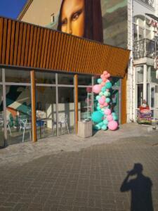 Разнокалиберная гирлянда из шаров на открытие магазина