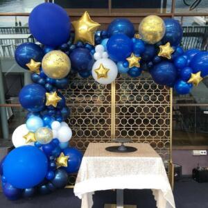 Разнокалиберная гирлянда из шаров в синих тонах