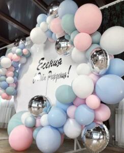 Фотозона из разнокалиберных шаров на день рождения