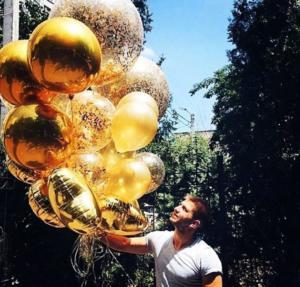 Золотые шары с золотыми конфетти