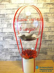 Набор из клубники и воздушного шара с перьями и надписью